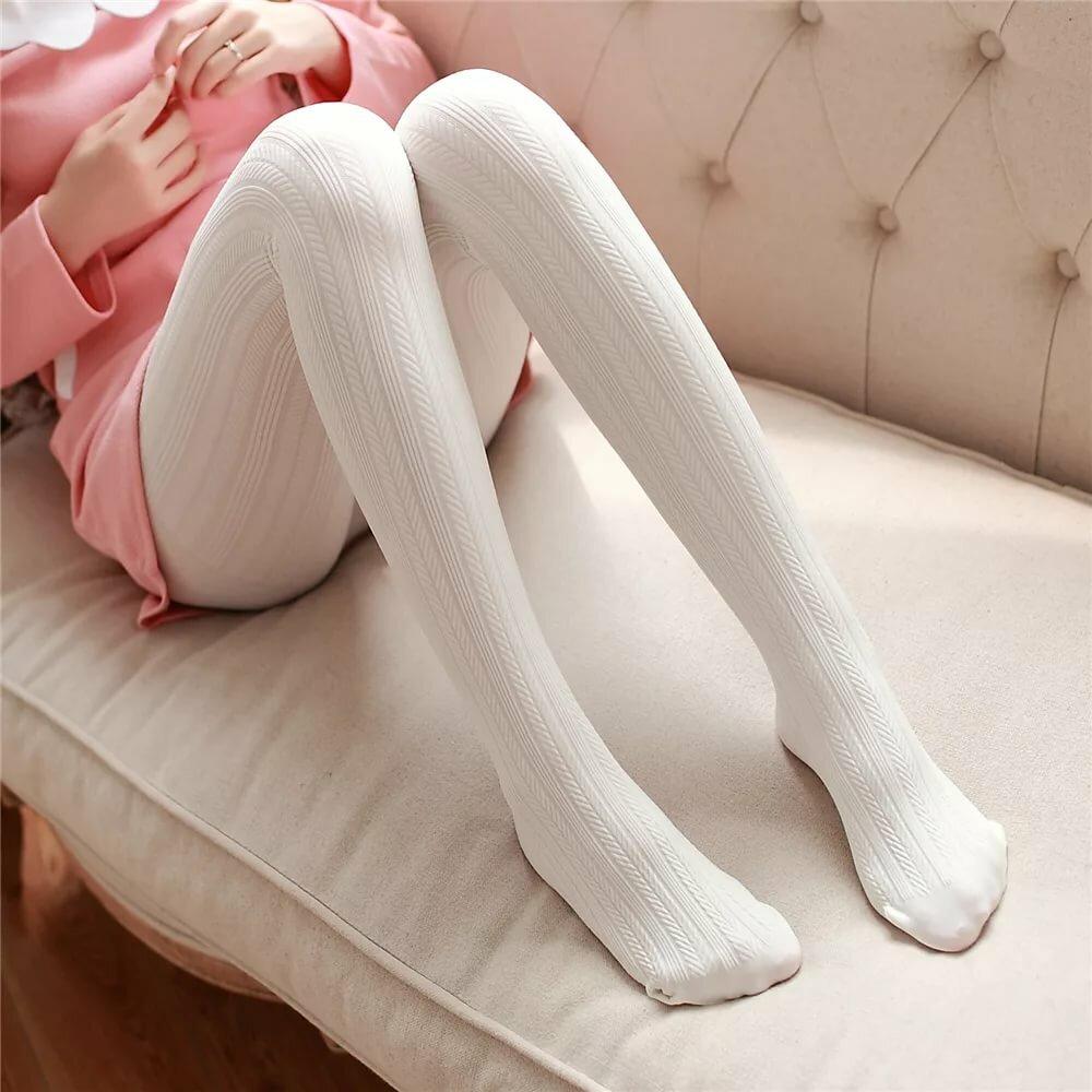 этом фото японок в белых колготках под штанами