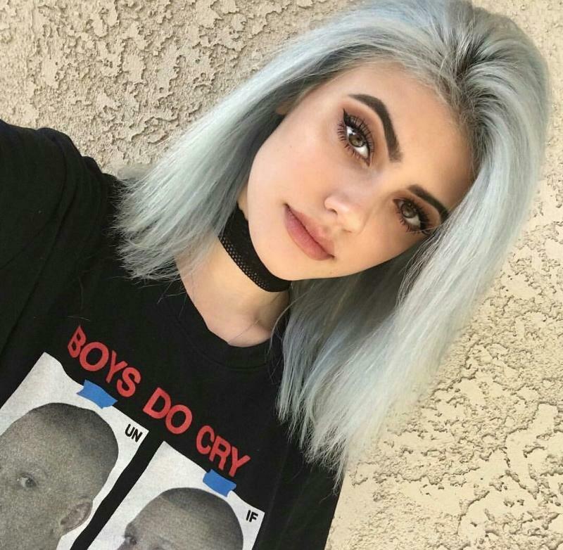 Девушка с серебристыми волосами каре