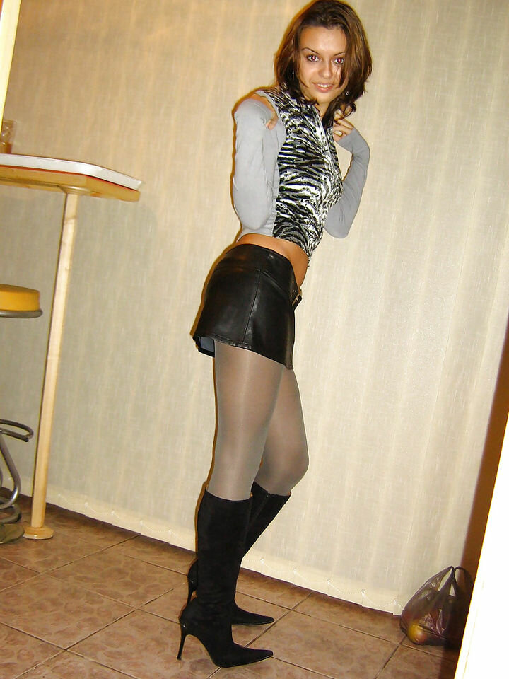 Две лесби в мини юбках