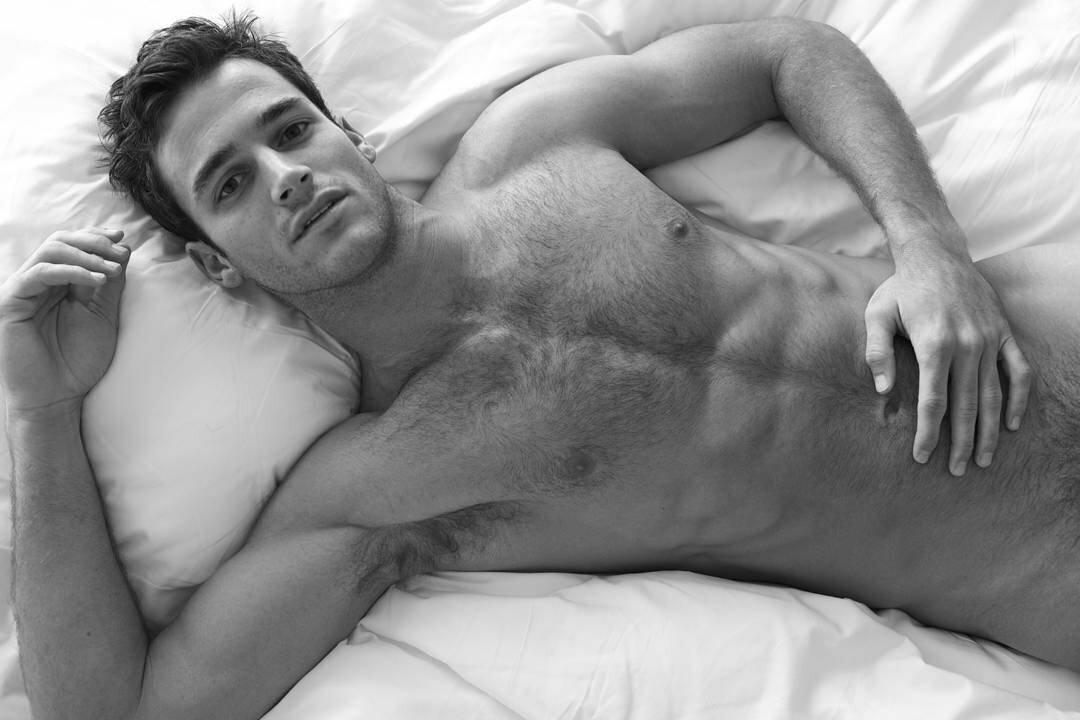 голые мачо в постели люди очень