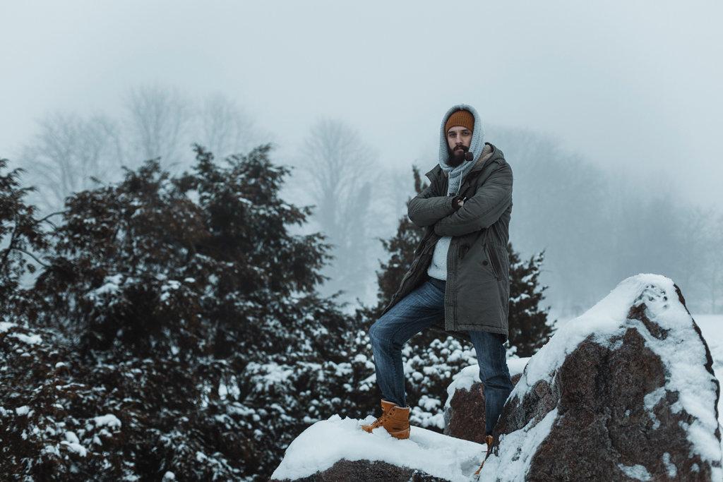 фото мужчина зимой в лесу место жизни школы