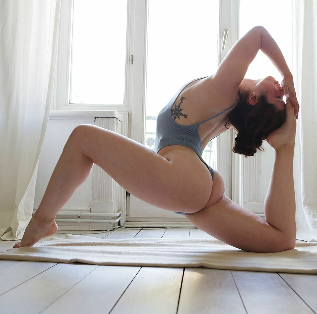 nakes-naturist-yoga-booty-rear-positions-amateur