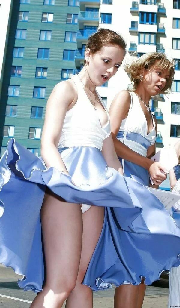 Девушка подняла юбку подруге — pic 3