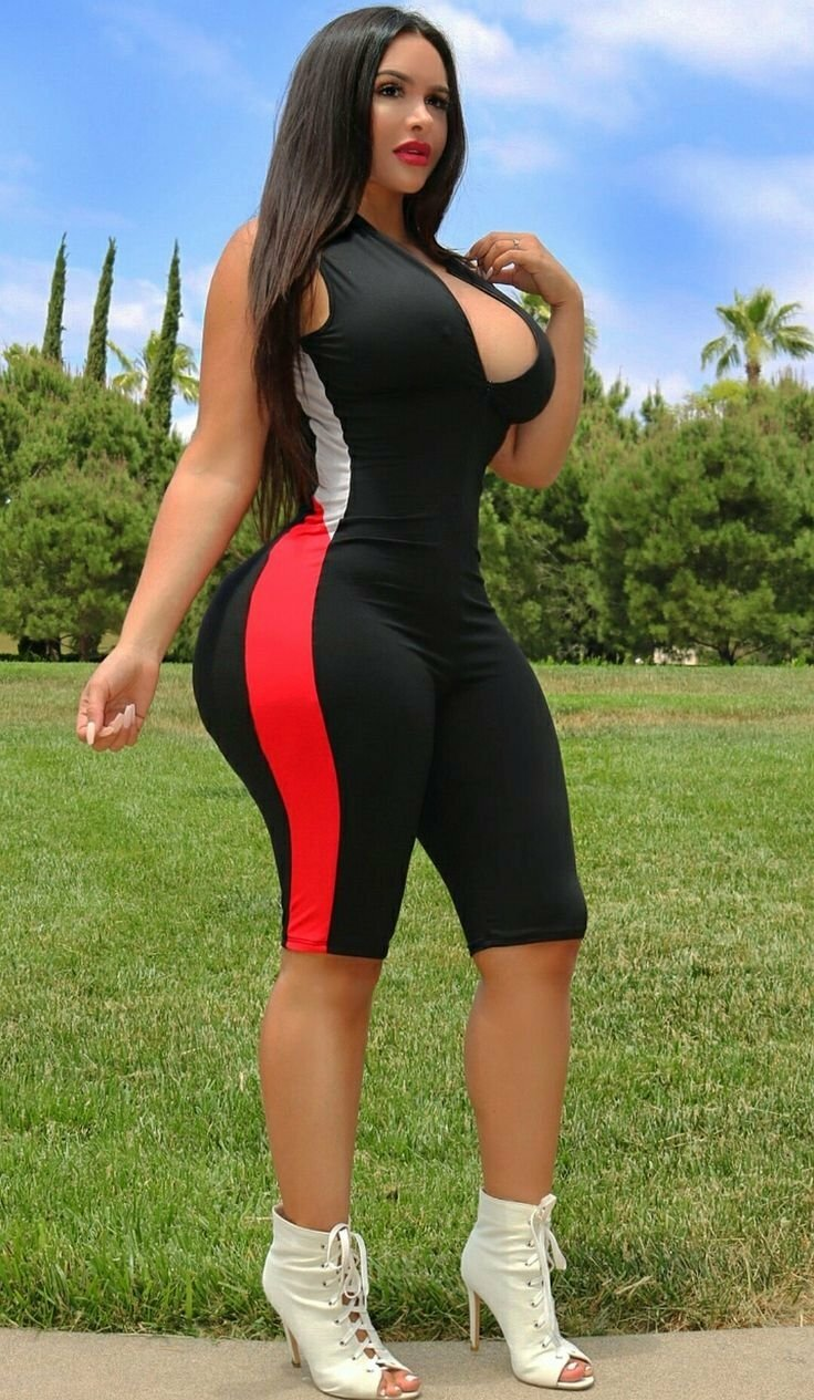 каналу большие жопы и бедра у женщин в обтягивающей одежде фото девушки