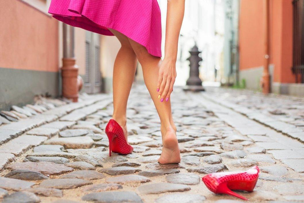 Женщина снимает туфли фото