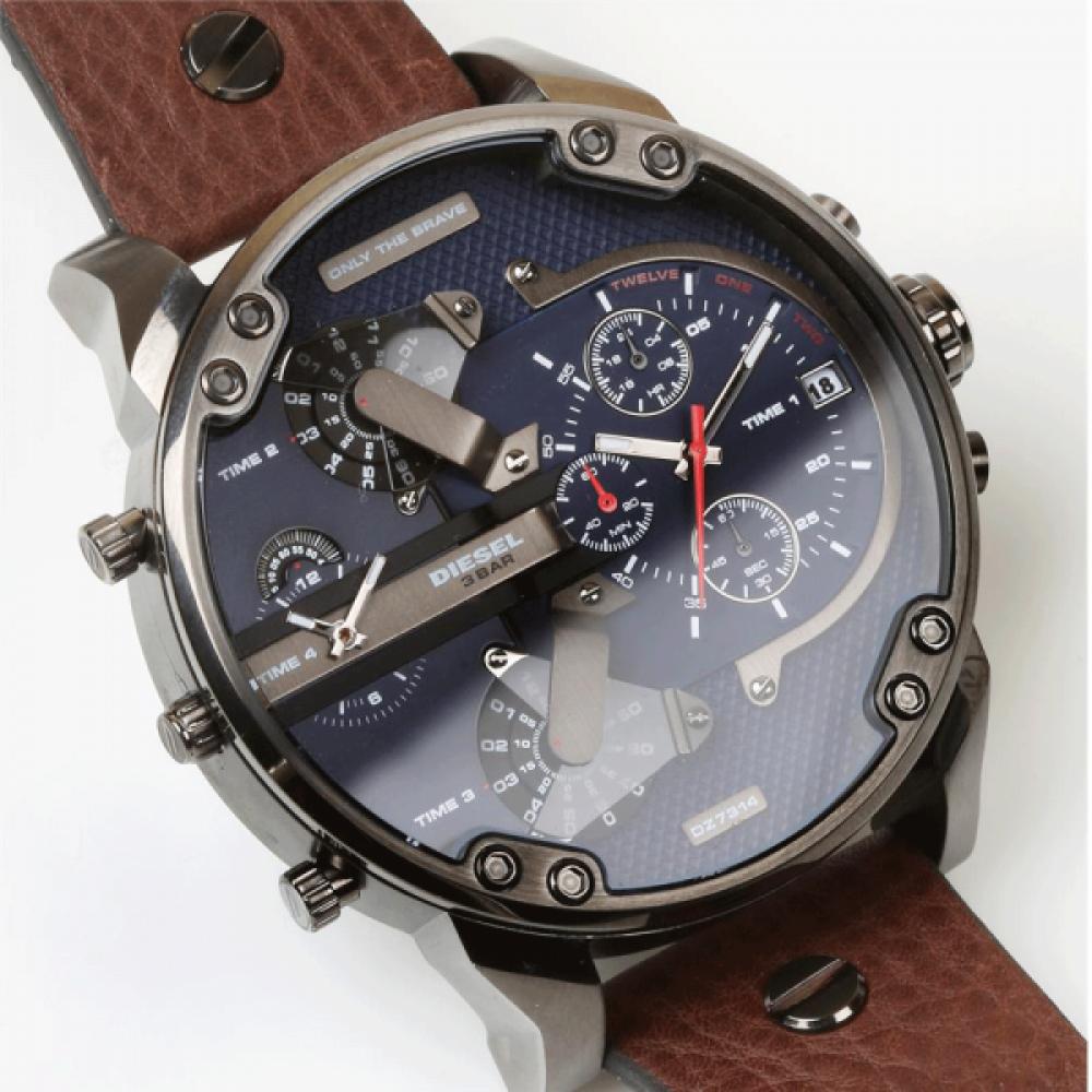 Со стороны часы выглядят очень необычно, таинственно благодаря уникальному дизайну.