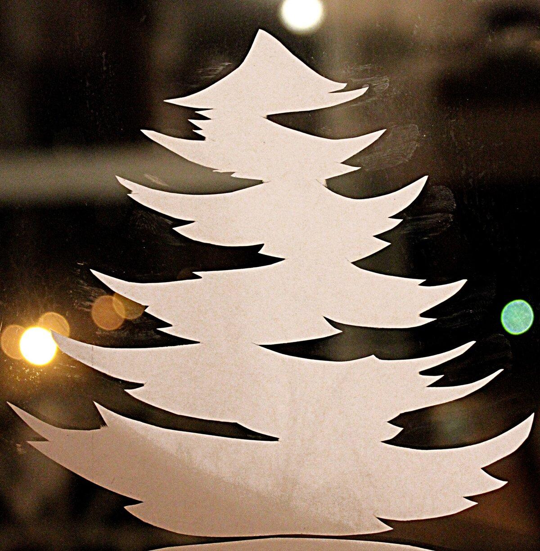 Хорошему, чем клеить картинки на окошко на новый год