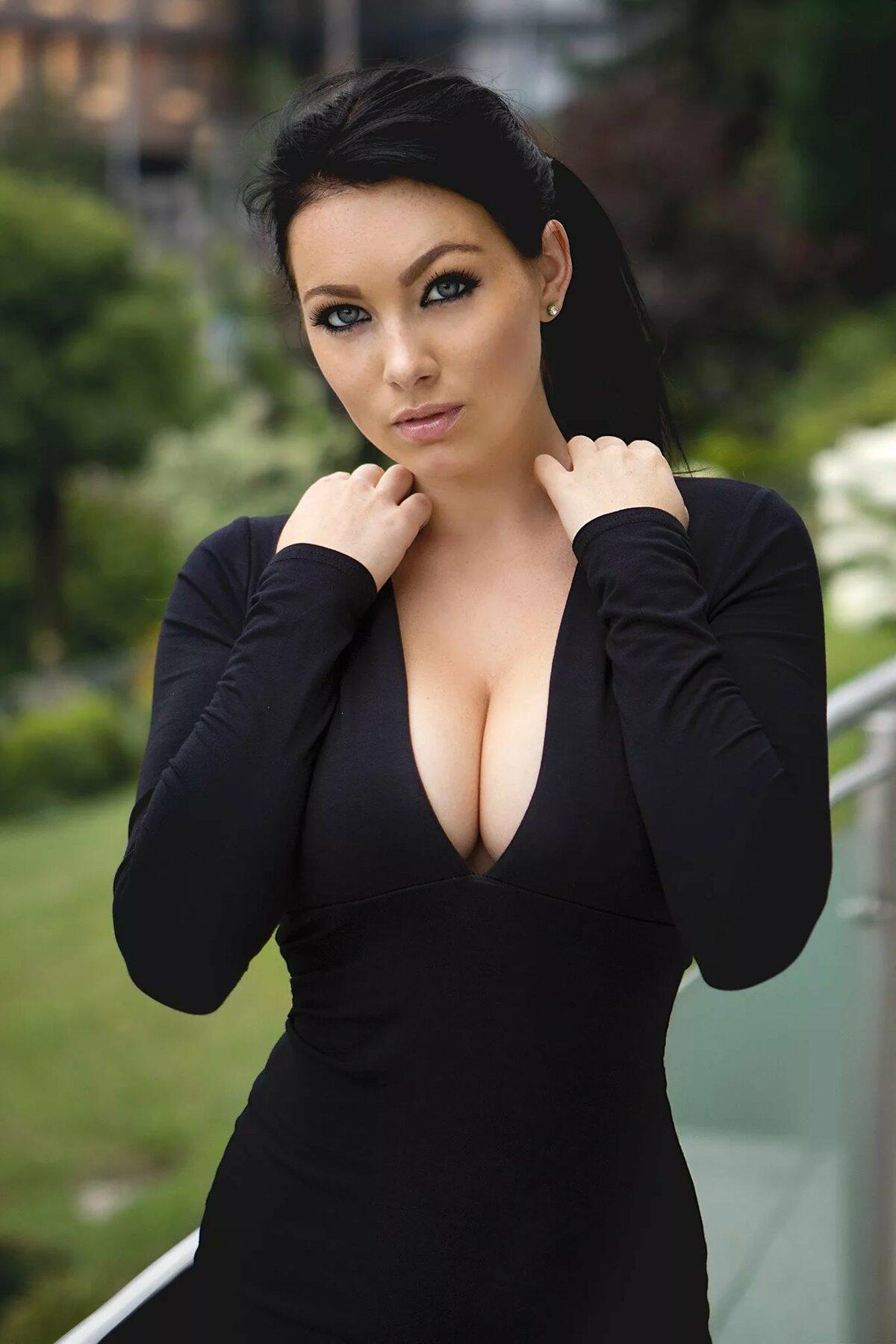 Красавица с большой грудью