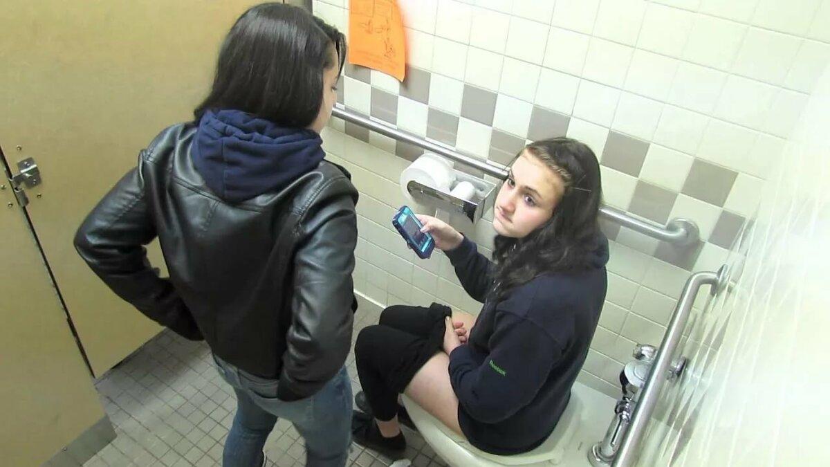 меня что вытворяют девушки в туалете фото видео онлайн если она глупа