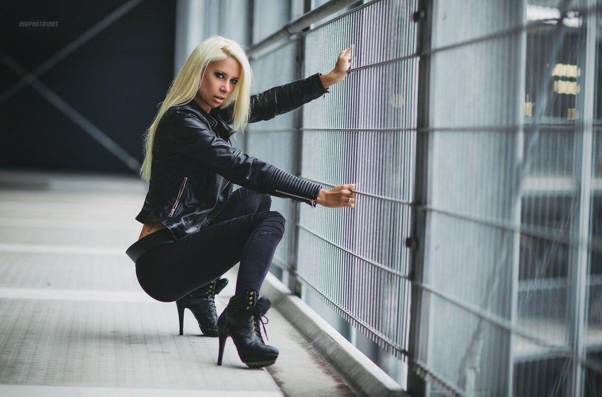 foto-blondinki-v-chernom-kostyume-vagini-dirishe-zheni-video