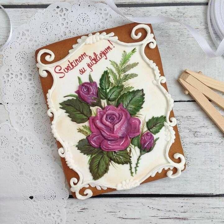 Пряничная открытка с днем рождения, надписью розы для