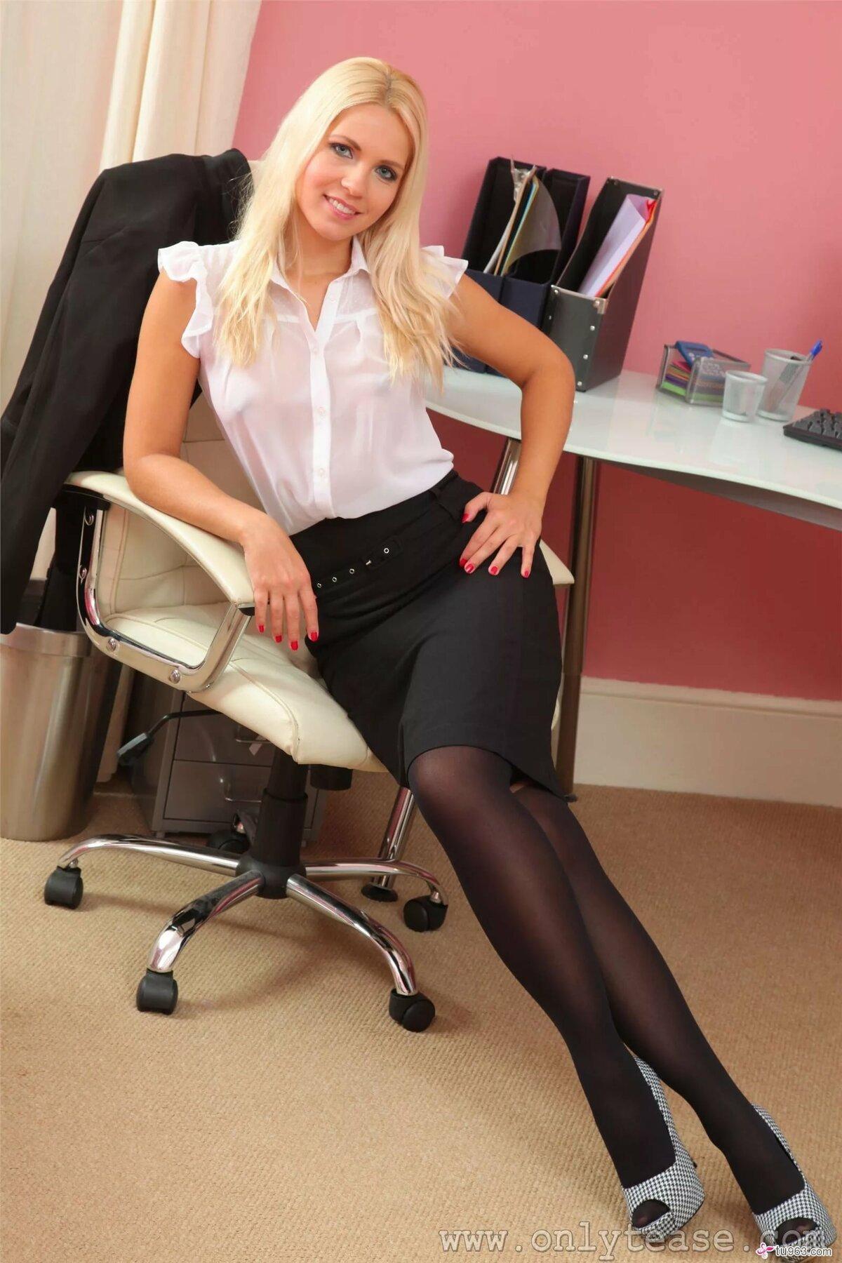 Фото как секретарша снимает черные колготки