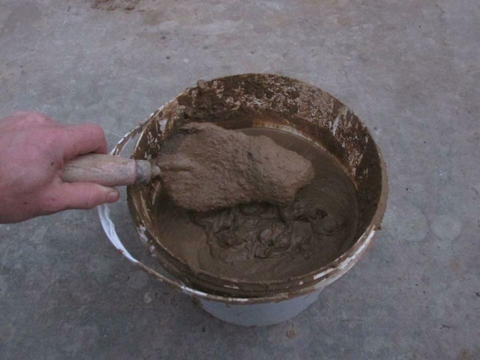 смешать глину с жидким стеклом
