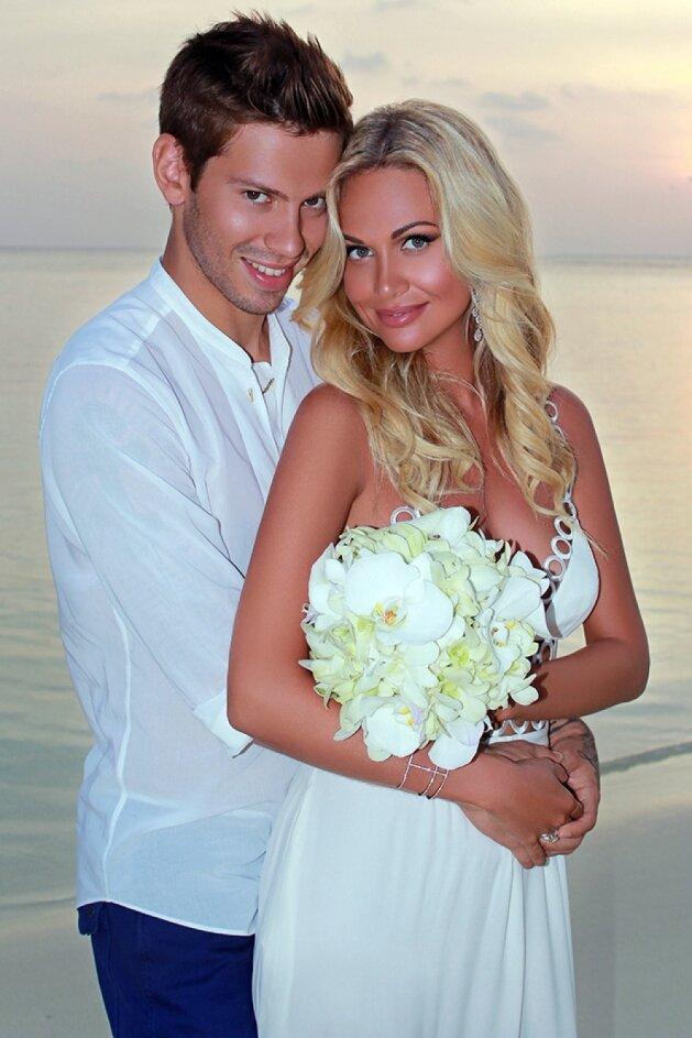 вот, например, смолов и лопырева свадьба фото покрутил пальцем виска
