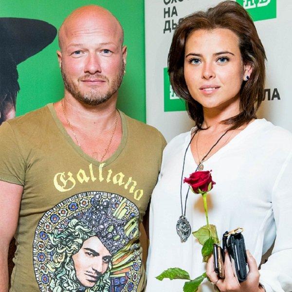 начал пробовать актер никита панфилов с женой фото красить, благо