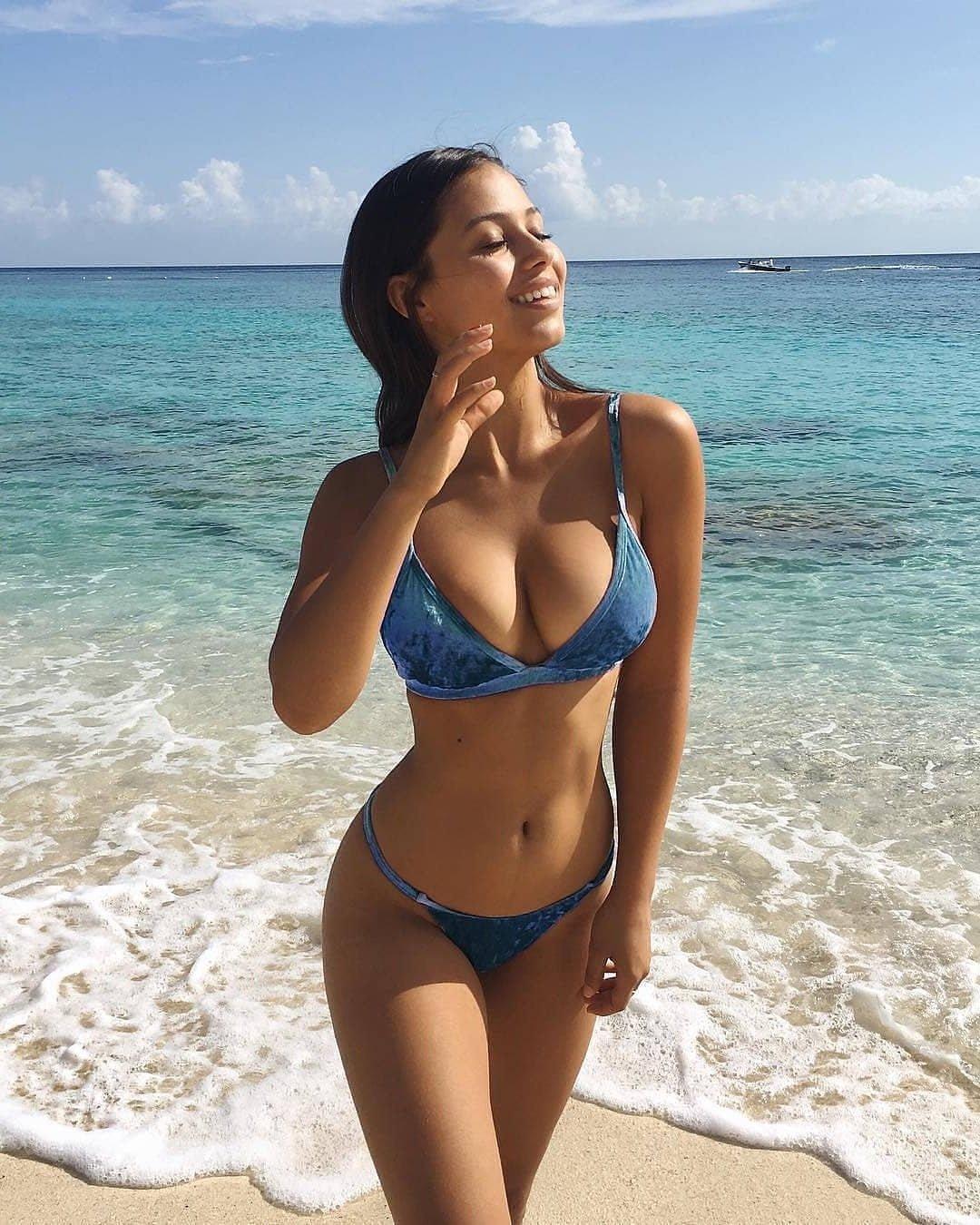 Красивые девушки из социальных сетей на пляже