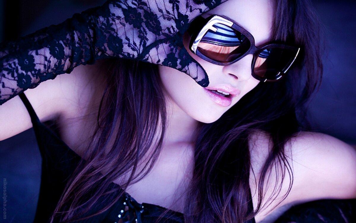 Картинка девушка в очках на аву
