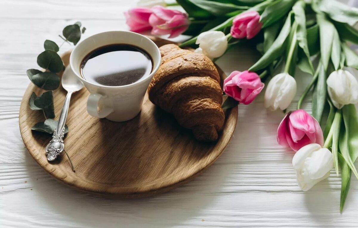 еще красивый букет цветов и чашка кофе получаются веселые естественные