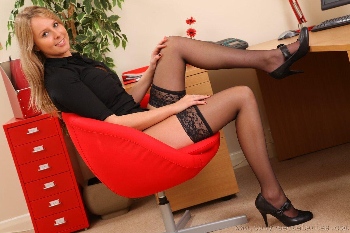 смотрю себе ноги секретарш в чулках минет