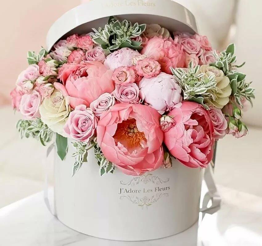 Открытка с днем рождения цветы в коробке пионы