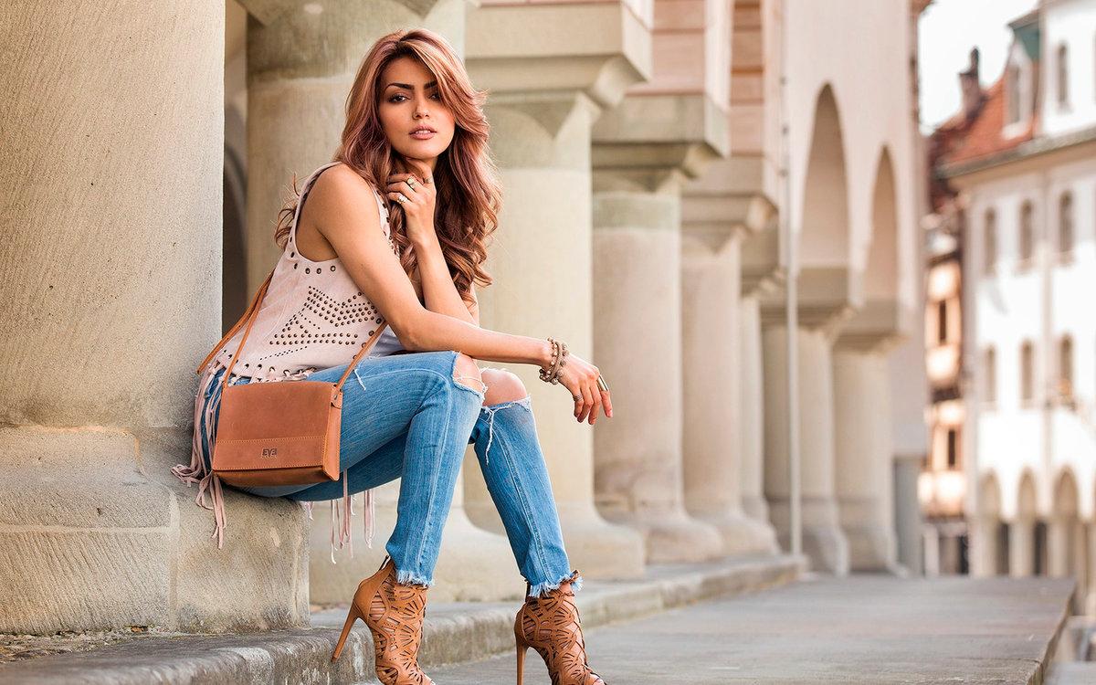 Фото девушки в джинсах сидя — 15