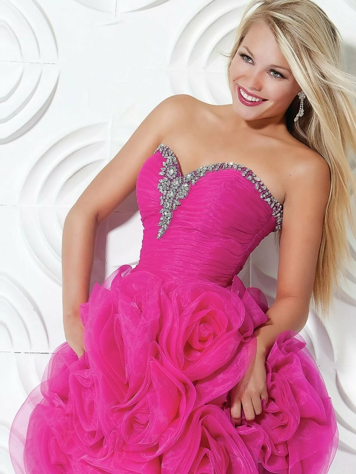 Блондинки в розовых платьях картинки