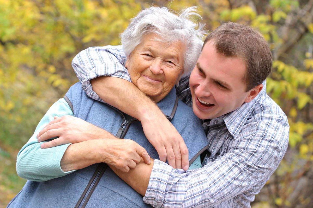 старушка и парень довершение