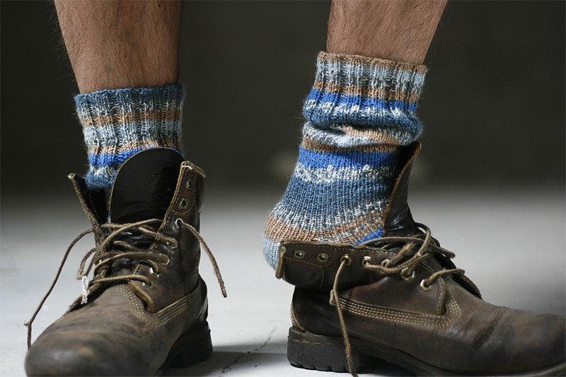 можно только носки торчащие из ботинок фото стола