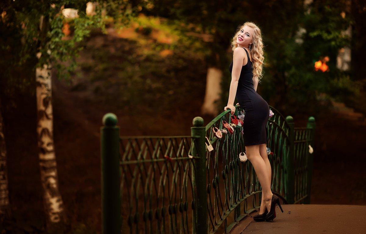 Заставила мужчину девушки в платьях в парке