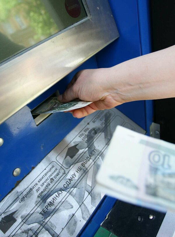 как перевести деньги со счёта на карту сбербанка через банкомат