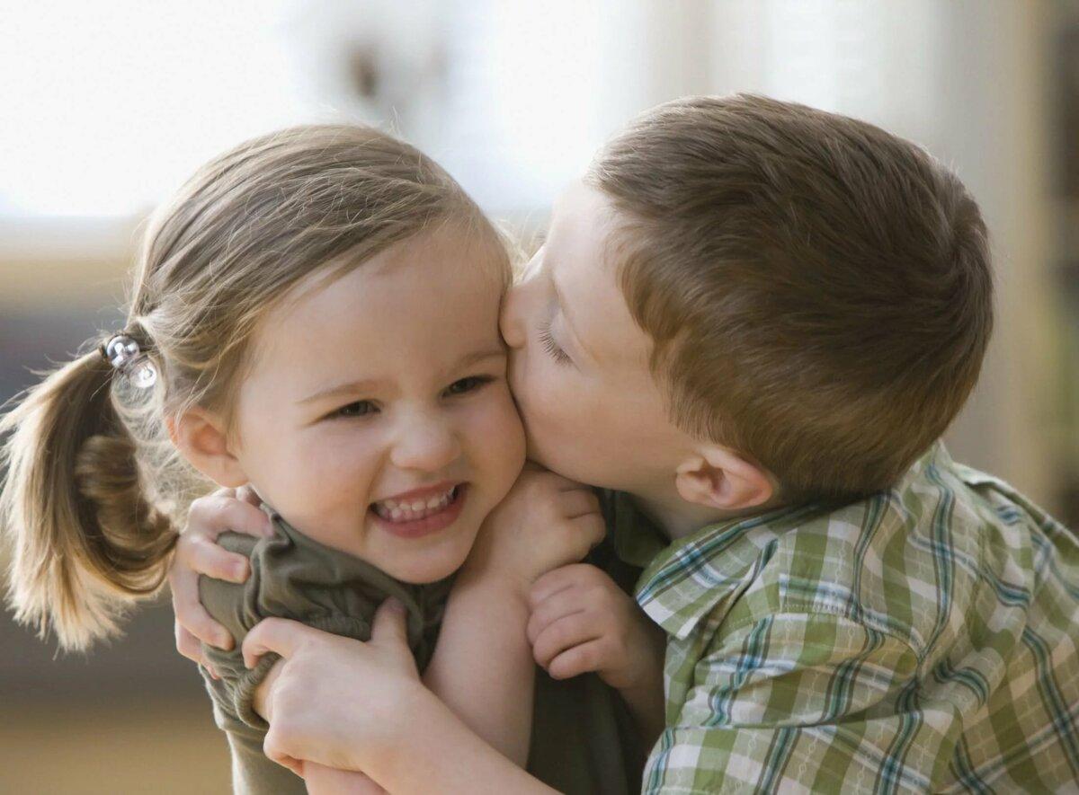 Картинки девочка целует мальчика в носик, интернете для мам
