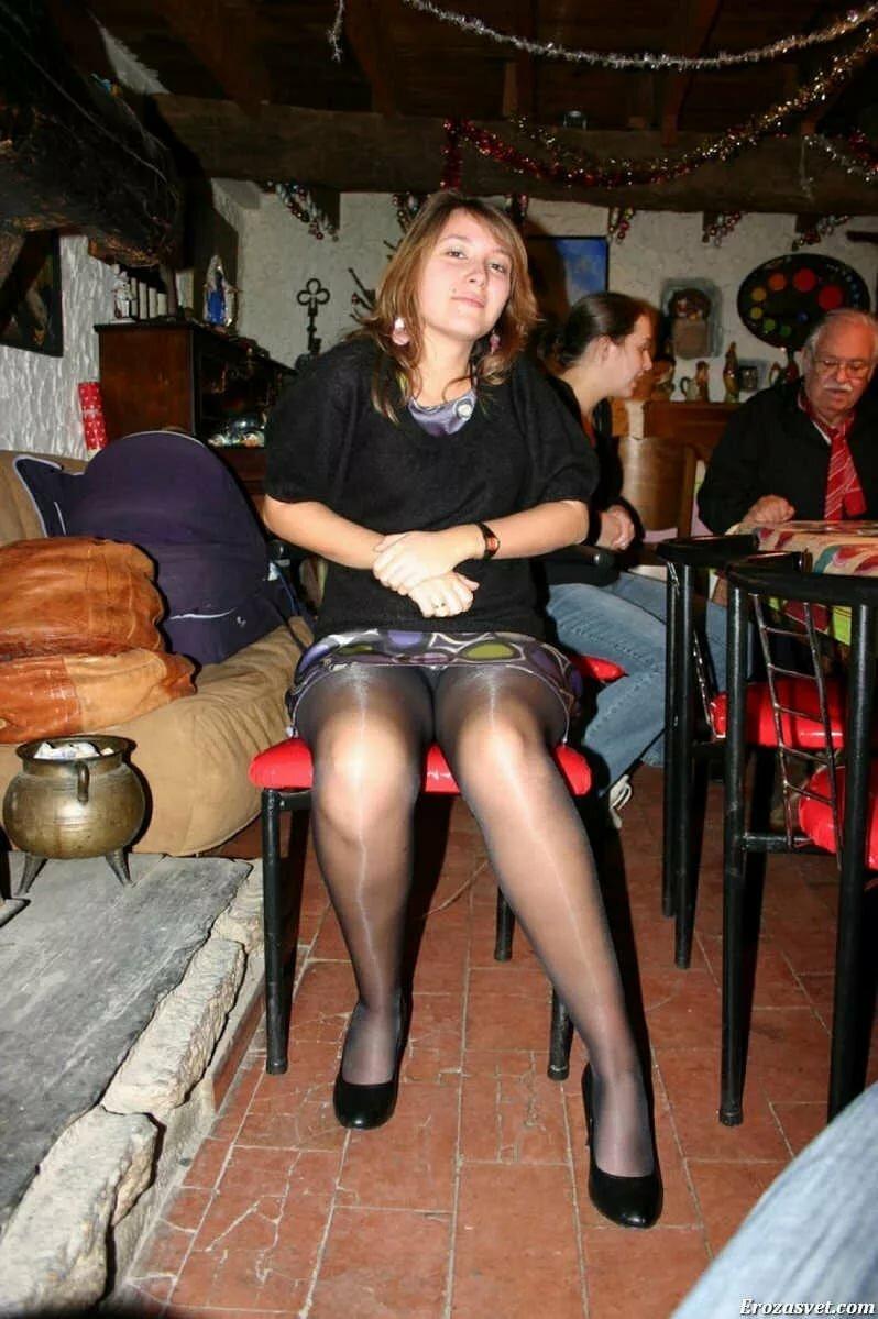 буду колготки женские фото под юбки слышно журчание душа