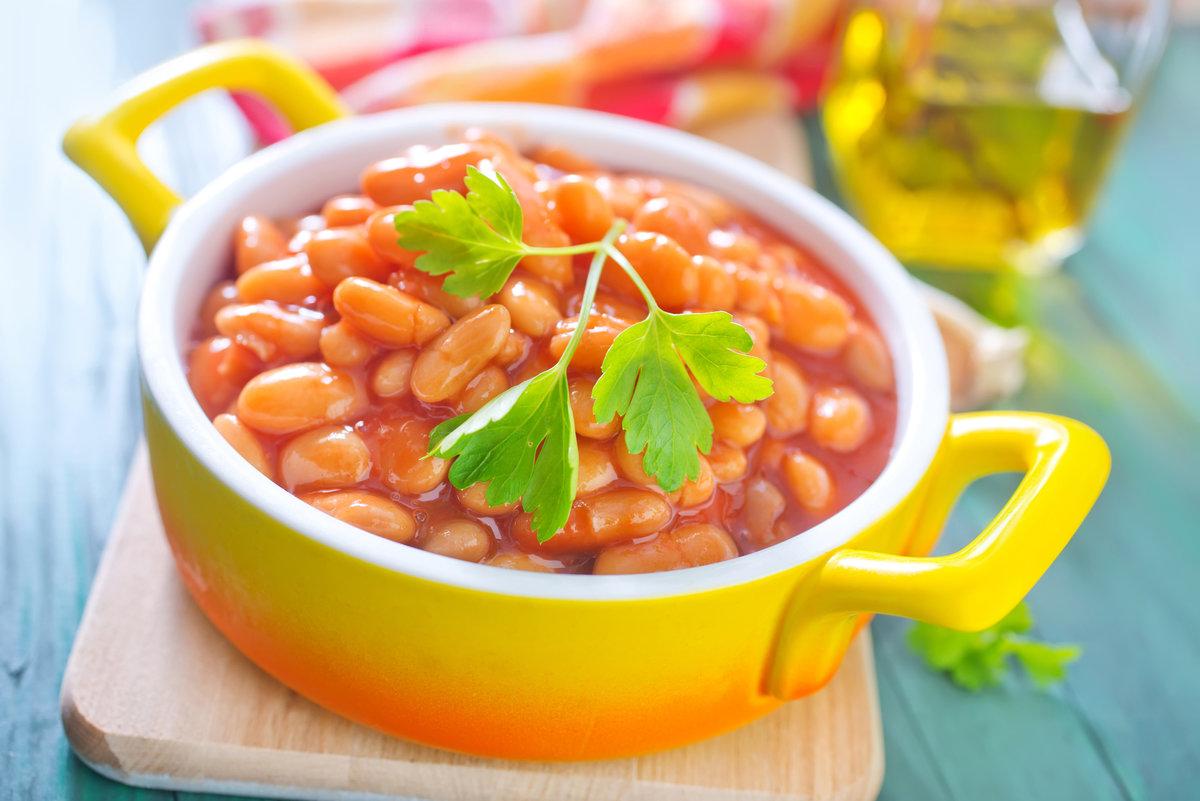 Когда он станет прозрачным, к нему поочередно добавляют тертую морковь, томатную пасту и бобы.