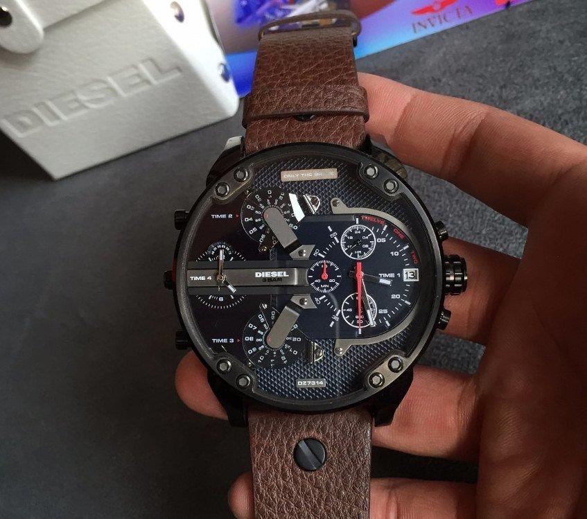 Часы diesel имеют некоторые характерные черты, благодаря которым бренд выделяется на фоне других марок направления fashion.