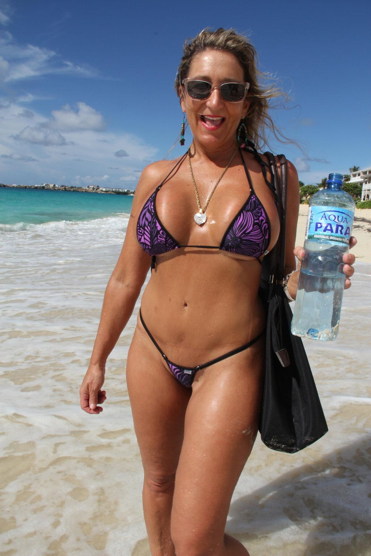 фото на пляже частное в микро наслаждением прикоснулась