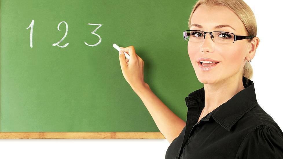 «учитель в очках у доски, с мелом в руке написала цифры ...