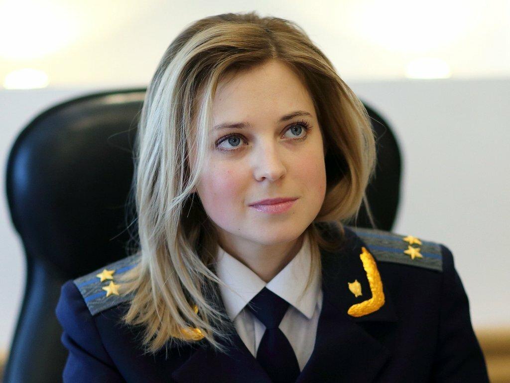 krasivaya-kruglaya-devushka-v-forme-prokurora-foto-porno-trahayut