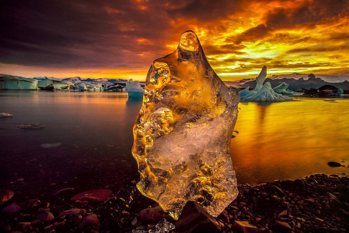 Льдина, освещенная закатом