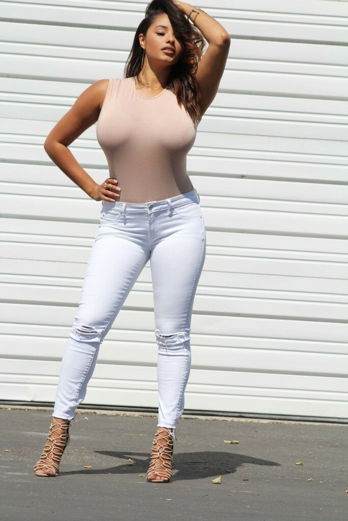 hot-milf-in-white-jeans-nude-flat