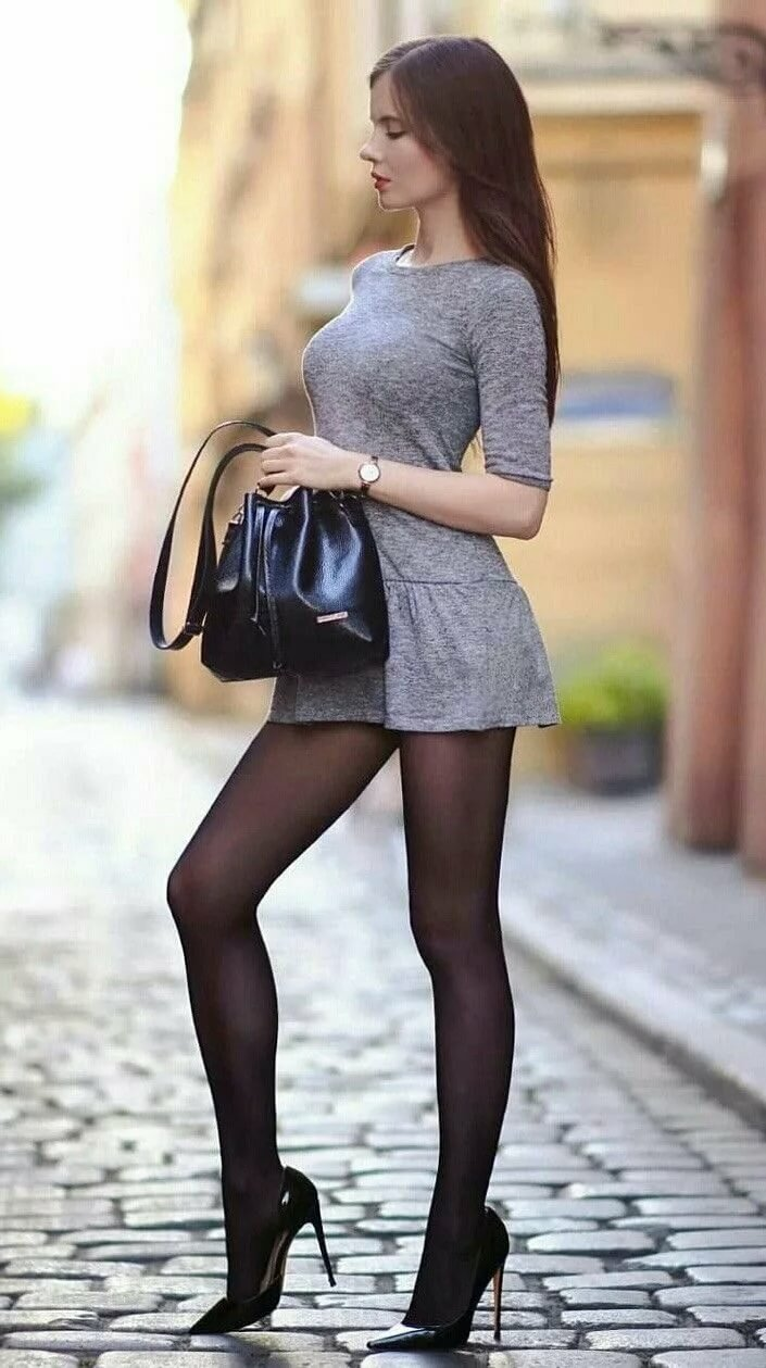 это, девушки в мини юбках и черных чулках найдет то