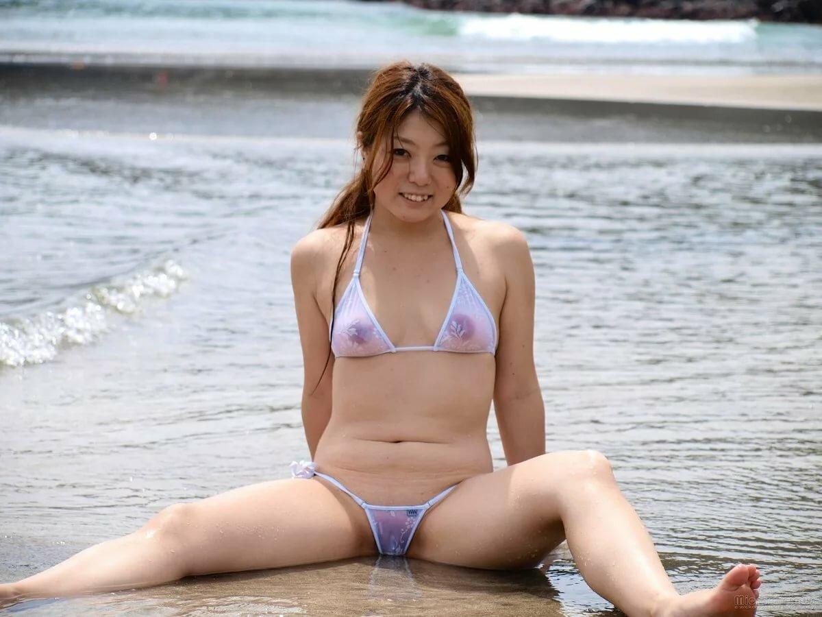 японка в прозрачном купальнике фото - 1