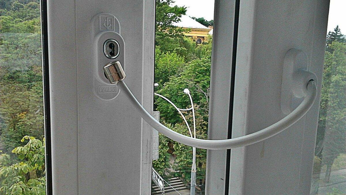 Детский замок - ограничитель окна с тросиком Cable Lock в Ивантеевке