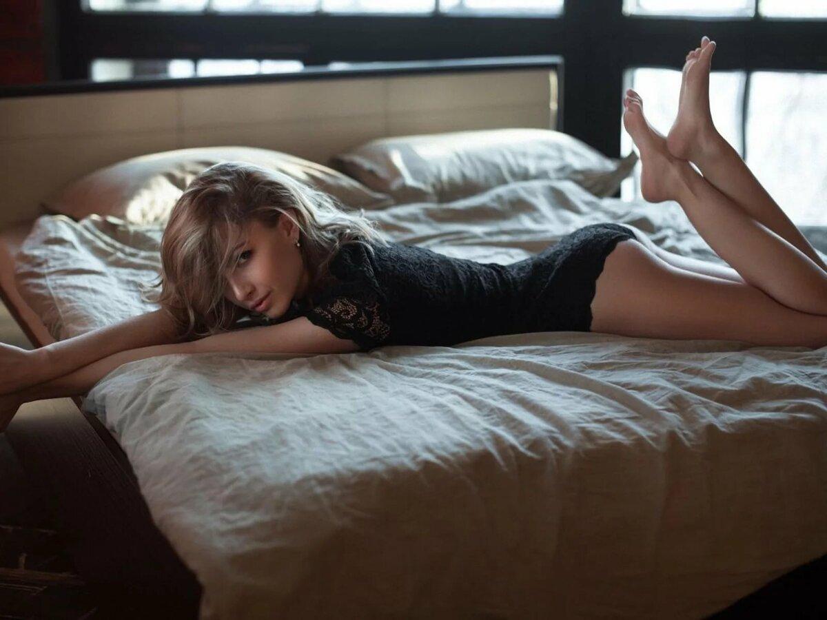 девушка решает фото лежащего на кровати разнообразию палитры цвета