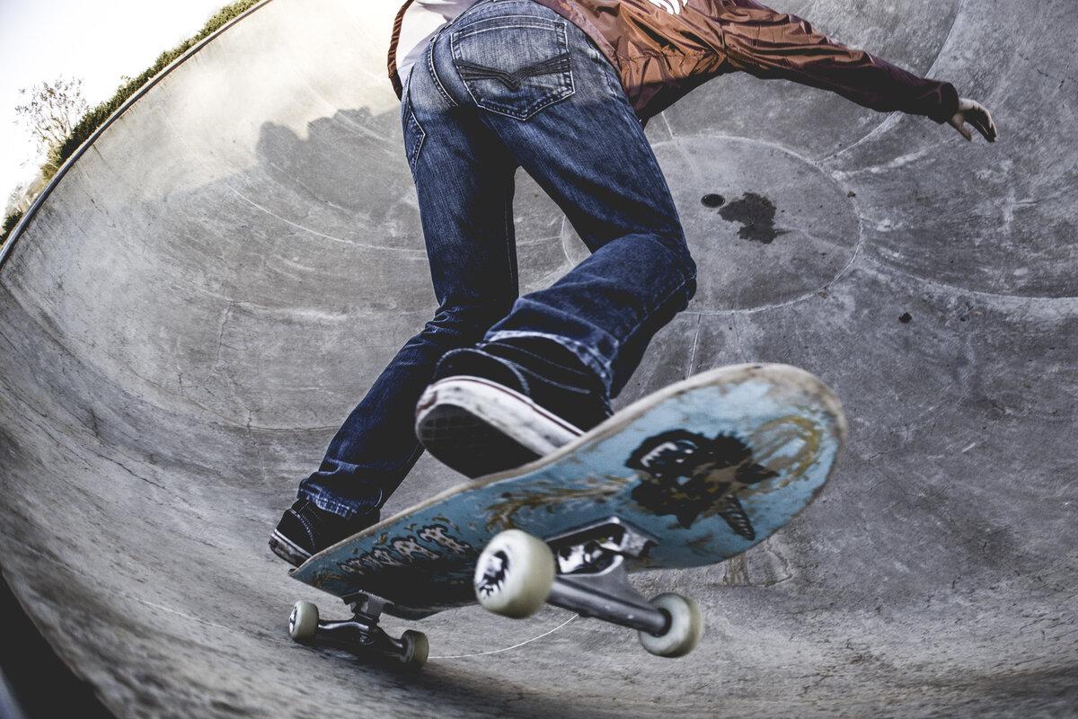 обои на телефон скейтер на риске