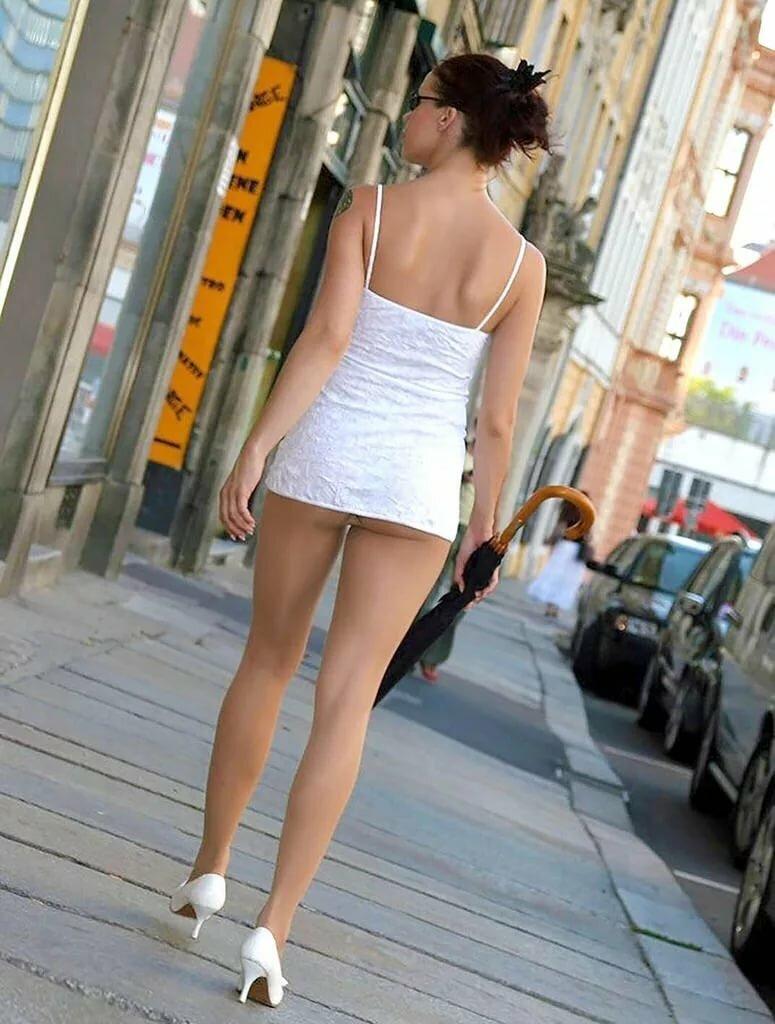Девушка в прозрачной юбке гуляет по городу порно