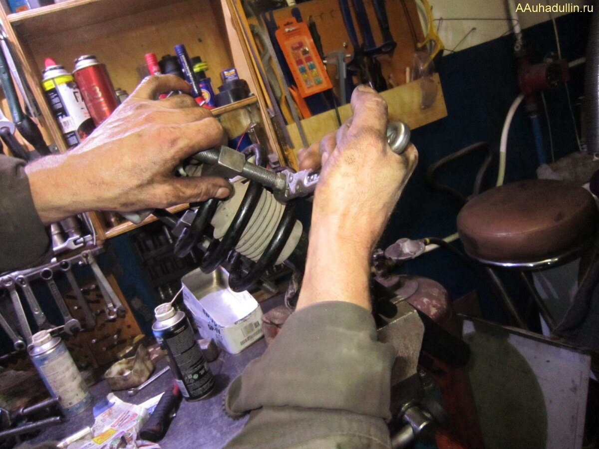 Для сжатия упругих витков пружины установили дополнительные стяжки