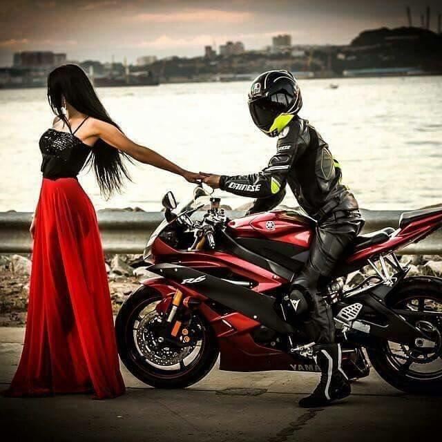 Фото парень с девушкой на мотоцикле целуются