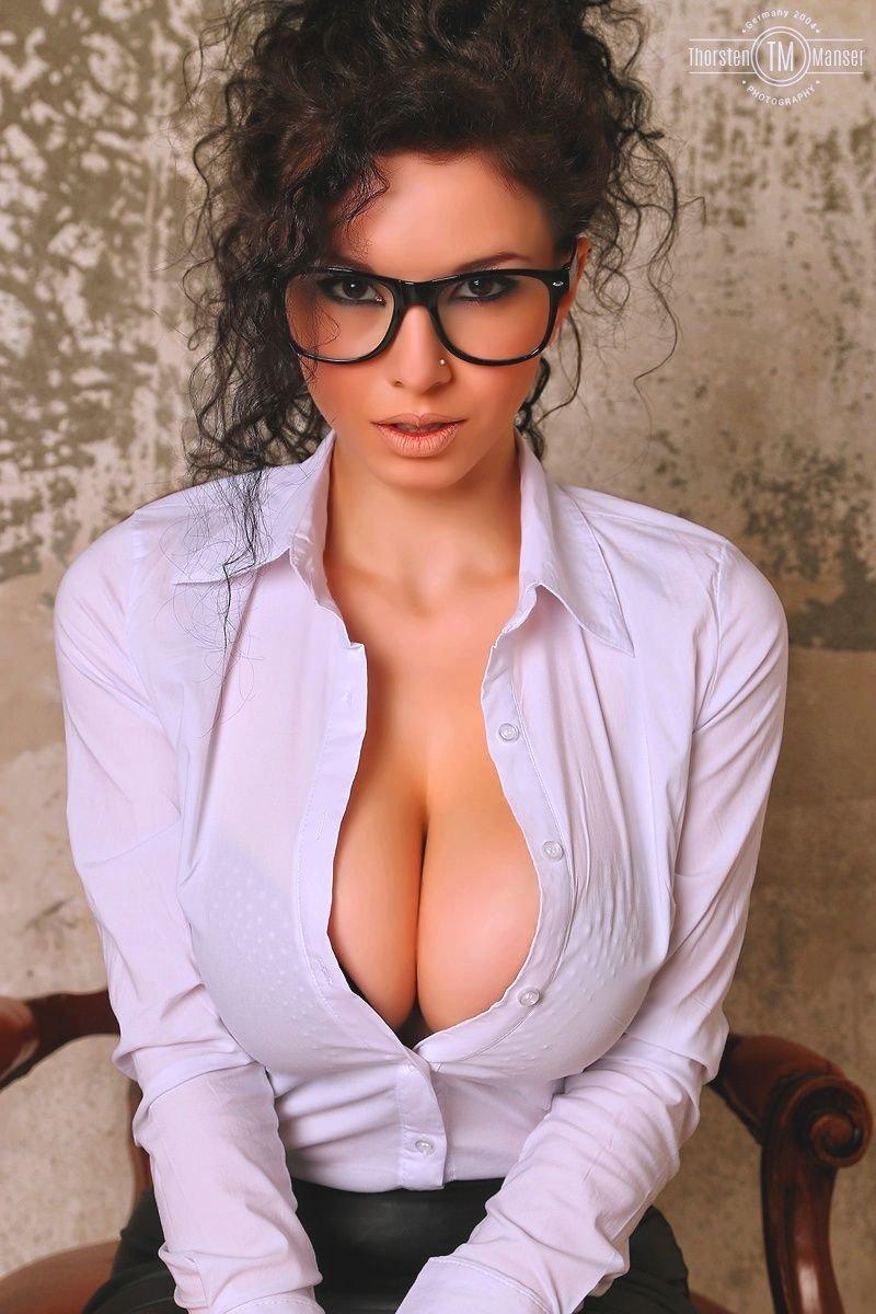 Грудастая в очках