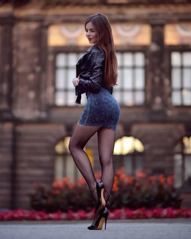 foto-topless-kolgotki-chernie-belih-ebut