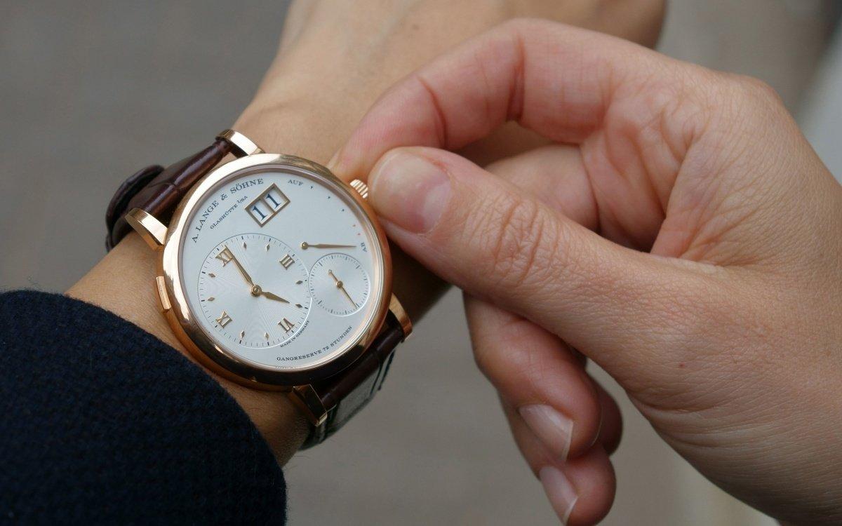 Снится надевать часы на руку